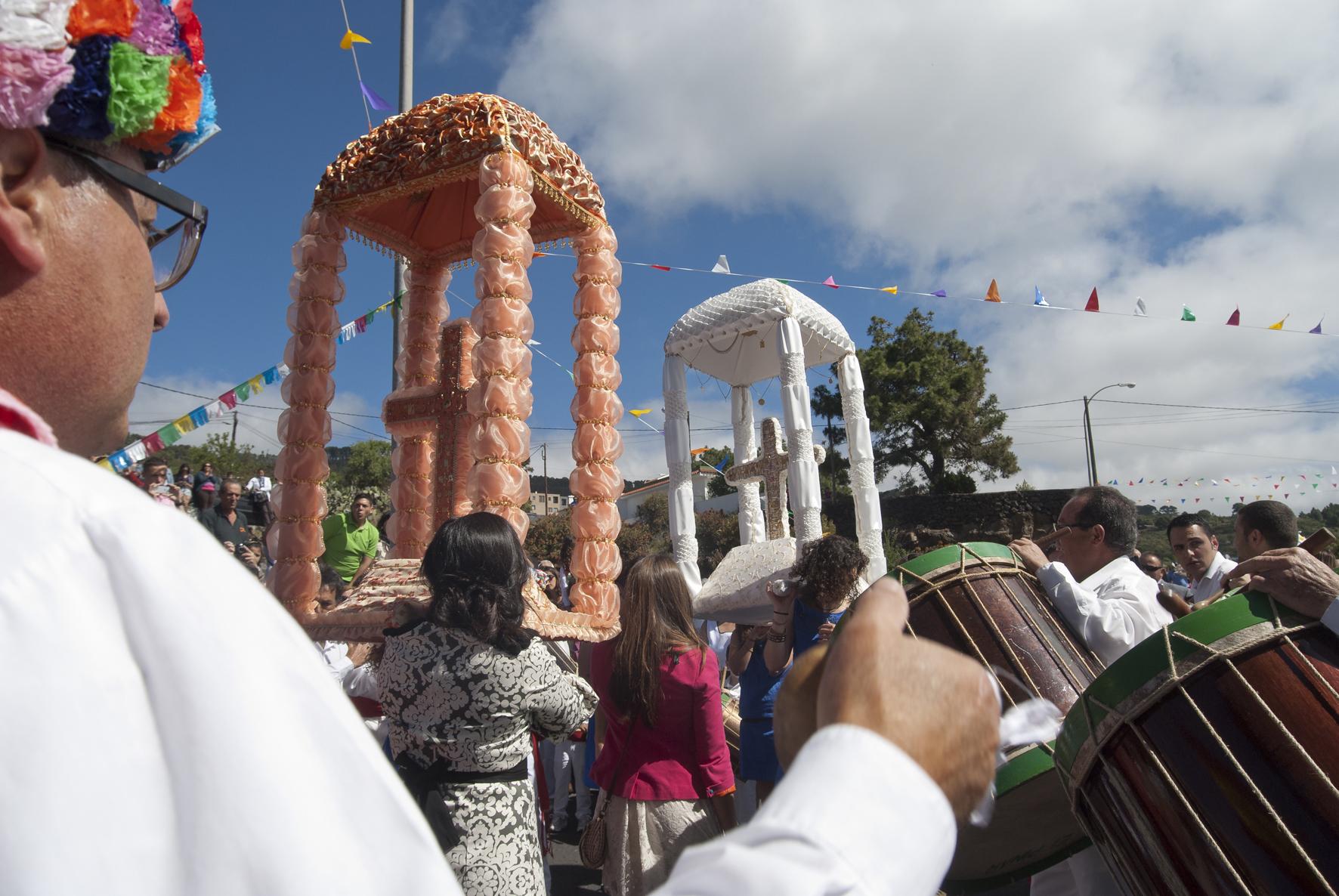 Las mujeres jovenes del pueblo de El Pinar cargan las cuces en procesion